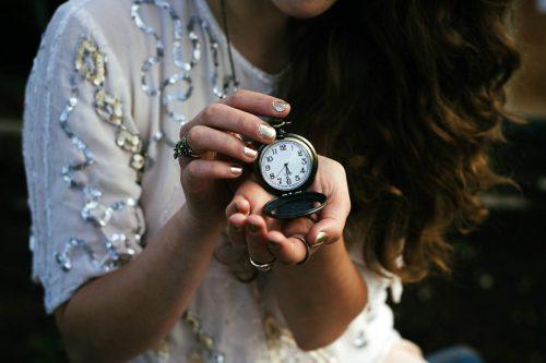 懐中時計を持った女性