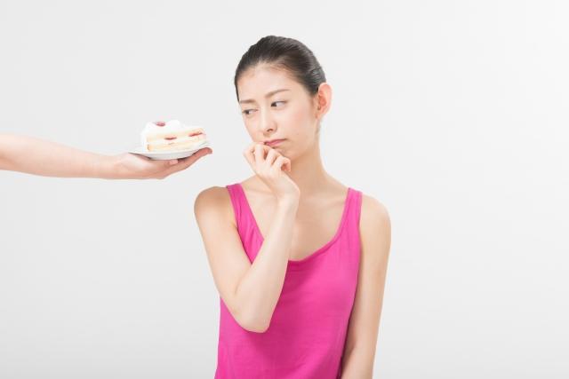 ケーキを見せられた女性
