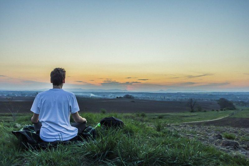 瞑想する人