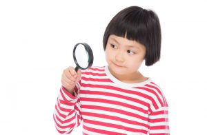 観察する子供