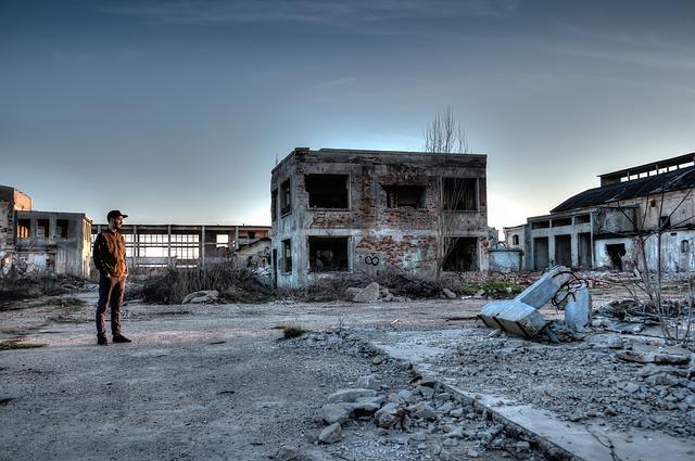 廃墟を見つめる男性