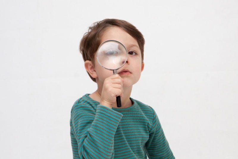 虫眼鏡で見る男の子