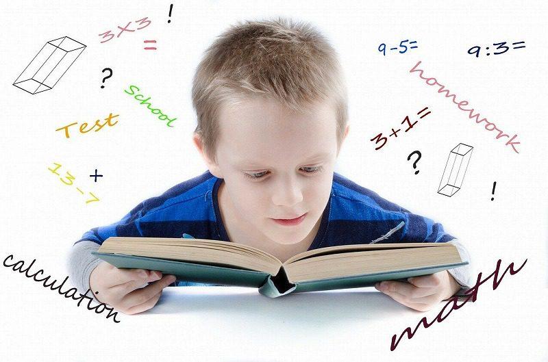 本を調べる子供