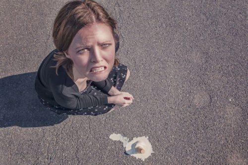 アイスクリームを落とした女性
