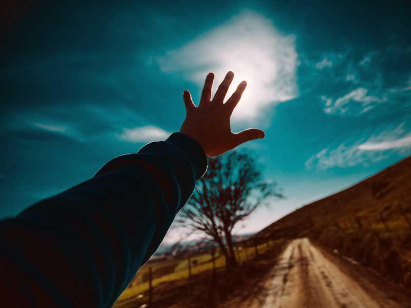 手を伸ばす人