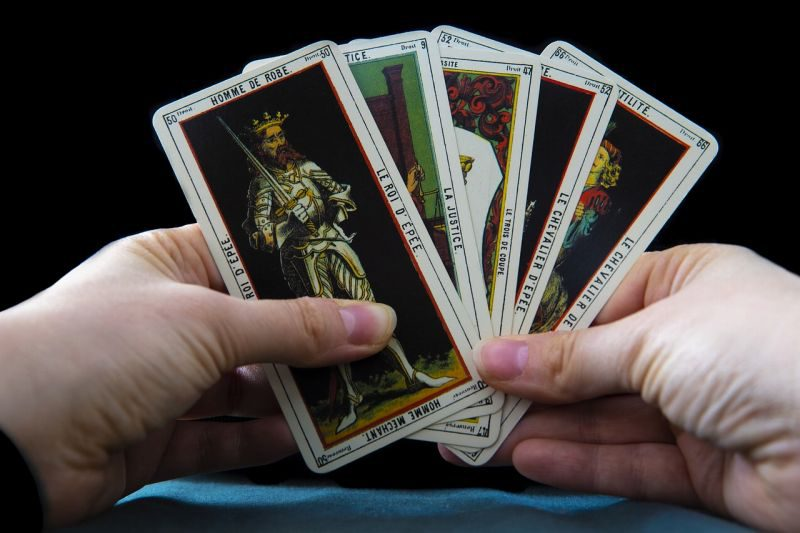 タロットカードを広げる手