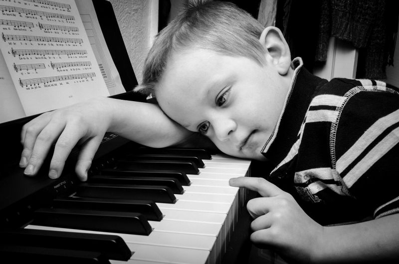 ピアノに触る男の子