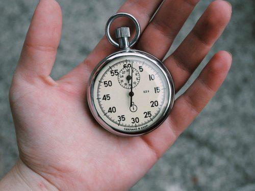 懐中時計を持つ手