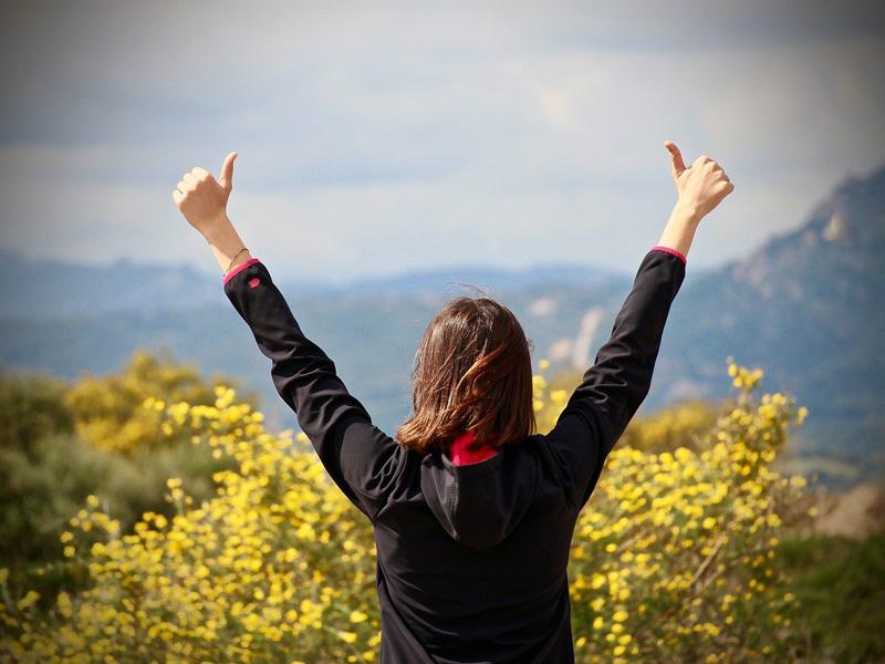 両手を上げる女性